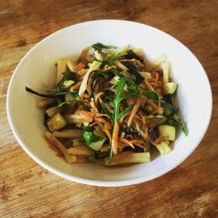 Caseresse con wok de verduras y soja, vía Granja Petitbo