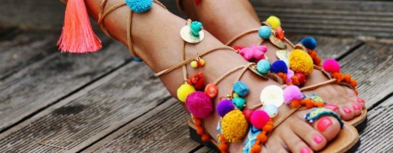 Sandalias pompones colores, foto de www.estendencia.es