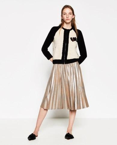 Falda plisada metalizada, imagen de la página web de Zara