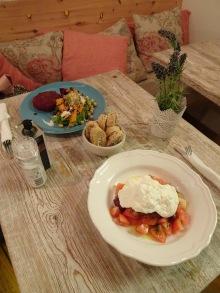 Pipet & Co. Café Lab, hamburguesa vegetal y ensalada de burrata. Foto propia